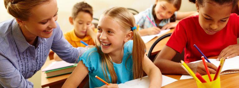 Professeur aidant une élève